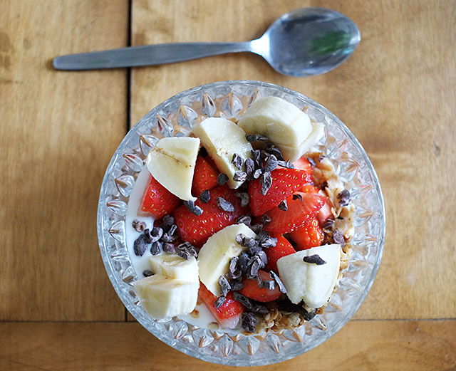 jogurttia-mansikoilla
