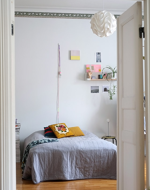 Grey bare wall in the bedroom on CosyHome blog via EuropeanBeautiful
