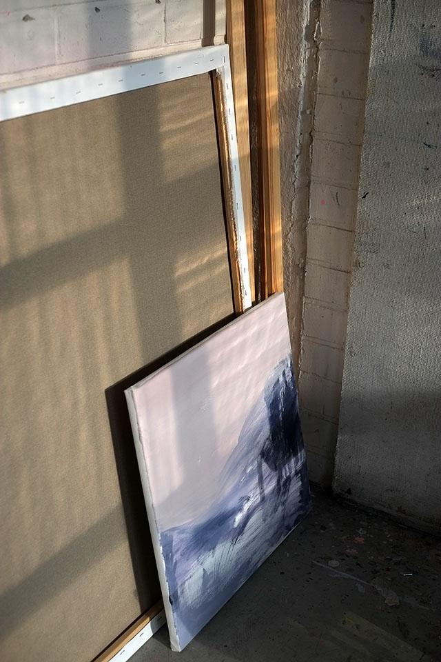 maalaus-nojaa-seinaan