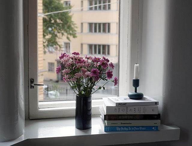 kirjat-ikkunalaudalla
