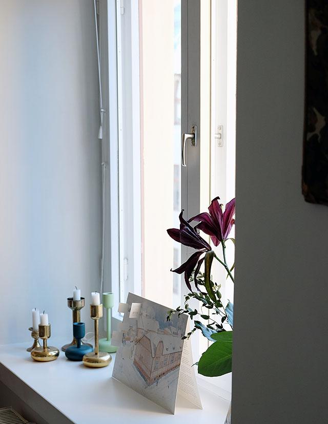 kynttilat-ikkunalaudalla